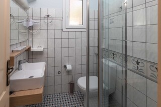 garbis one bedroom apartment bathroom